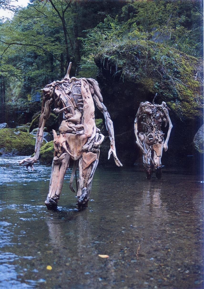 Első ránézésre, az erdő közepén valóban kicsit kísértetiesek, amire a beállítás és a jól megválasztott helyszín is rásegít természetesen.