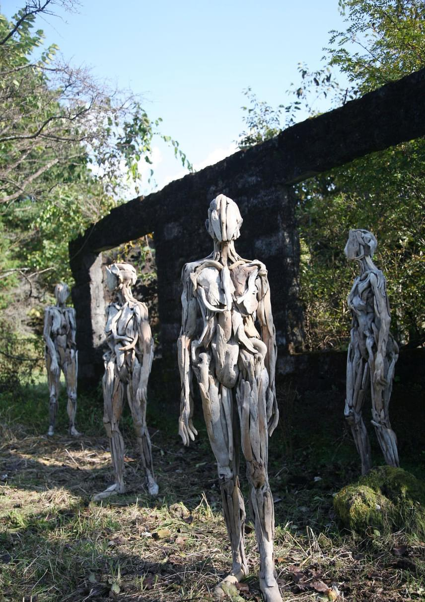 A szobrok főleg éjszaka tűnhetnek ijesztőnek a természet lágy ölén, mégis van bennük valami, ami elgondolkodtat és elvarázsol téged.