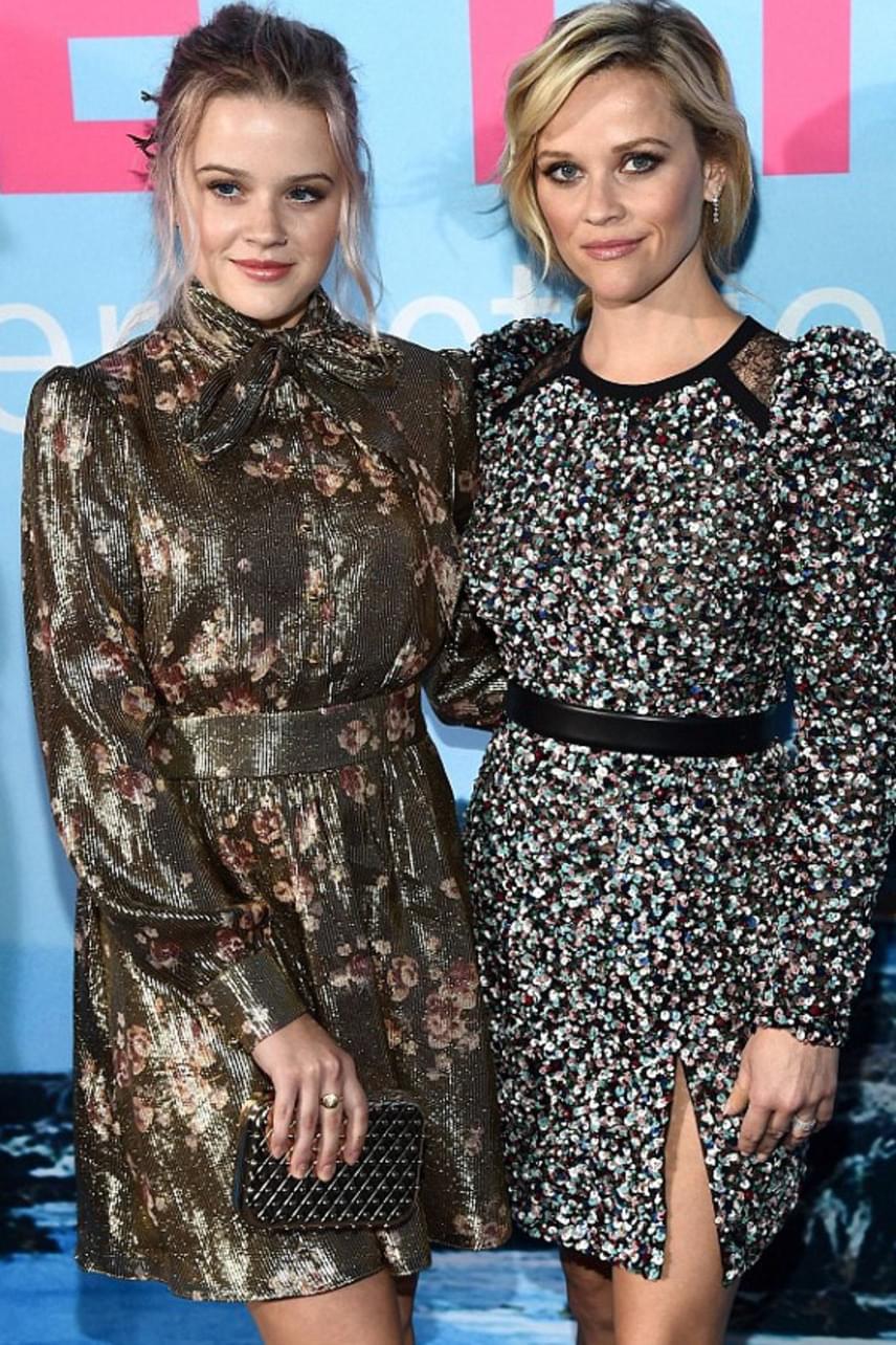 Nemcsak a külsejük, még a ruhájuk fazonja is igencsak hasonló volt a premieren - így tényleg inkább testvéreknek, mintsem anya-lány párosnak tűnnek.