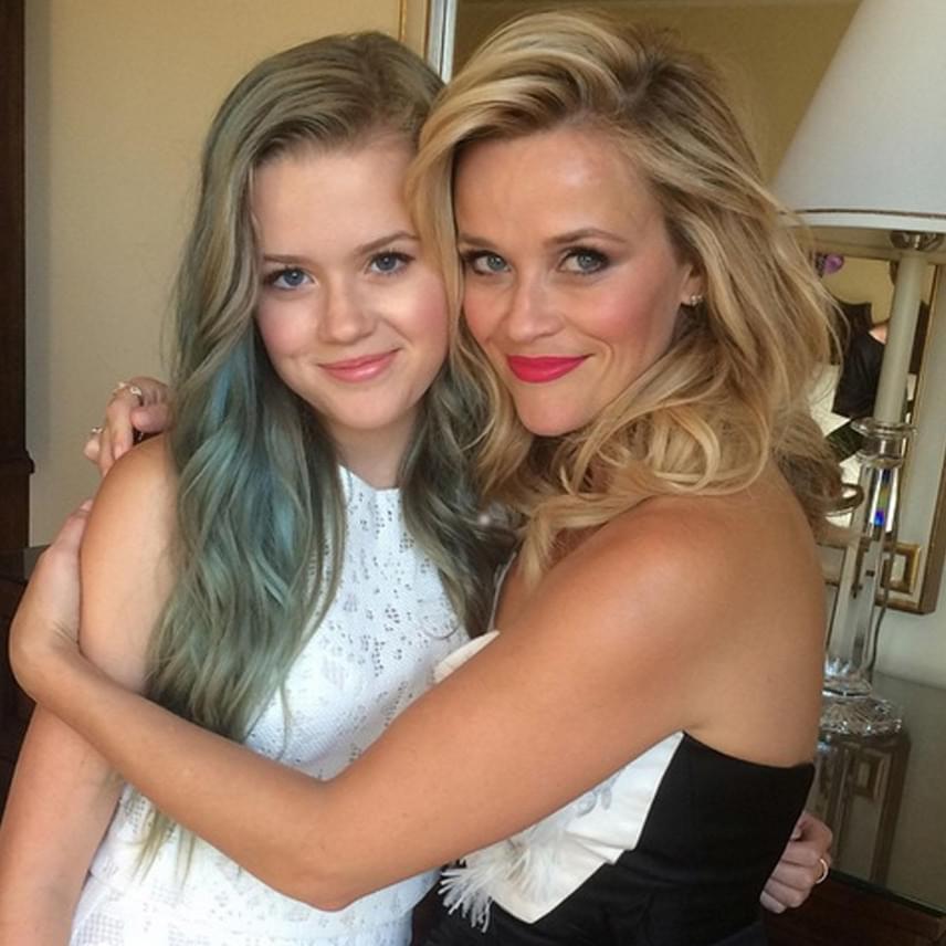Mintha ugyanaz az arc mosolyogna ránk - ha Ava nem festette volna kékre a haját, szinte teljesen egyformák lennének.