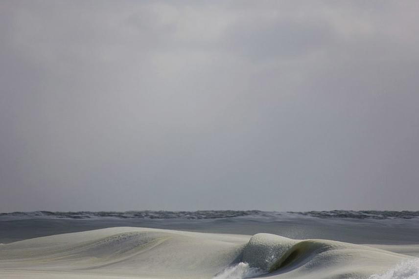 A hullám alakú jégtömbök nagyjából fél méter magasak, de volt köztük közel egyméteres is.