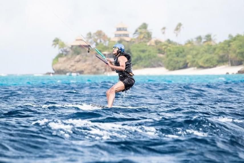 Richard Branson milliárdos hívta meg a rögtönzött nyaralásra. Még egy kis versenyt is rendeztek maguk között, amit az exelnök toronymagasan megnyert.