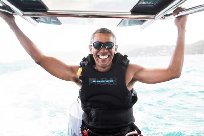Igazán boldognak, felszabadultnak és kisimultnak tűnik az USA előző elnöke - nem is csoda, hiszen leváltásakor nagy teher került le róla.