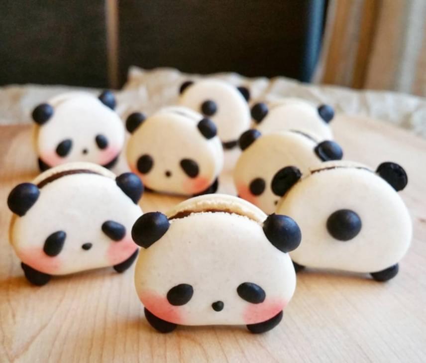 Nagy kedvencünk ez a pandafigura is, álmos kis szemecskéivel.