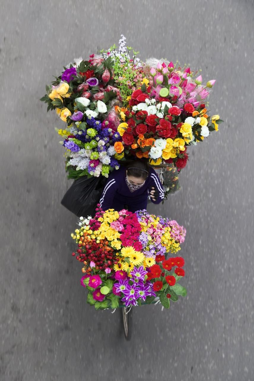 Az ízlésesen felpakolt gyümölcs- és zöldséghalmokon túl a tarkálló virágpompa sem volt ritka látvány az utcákon egészen 2008-ig, amikor is részlegesen betiltották az utcai árusítást Hanoiban, ami sokak számára az egyetlen kenyérkereseti lehetőséget jelentette.