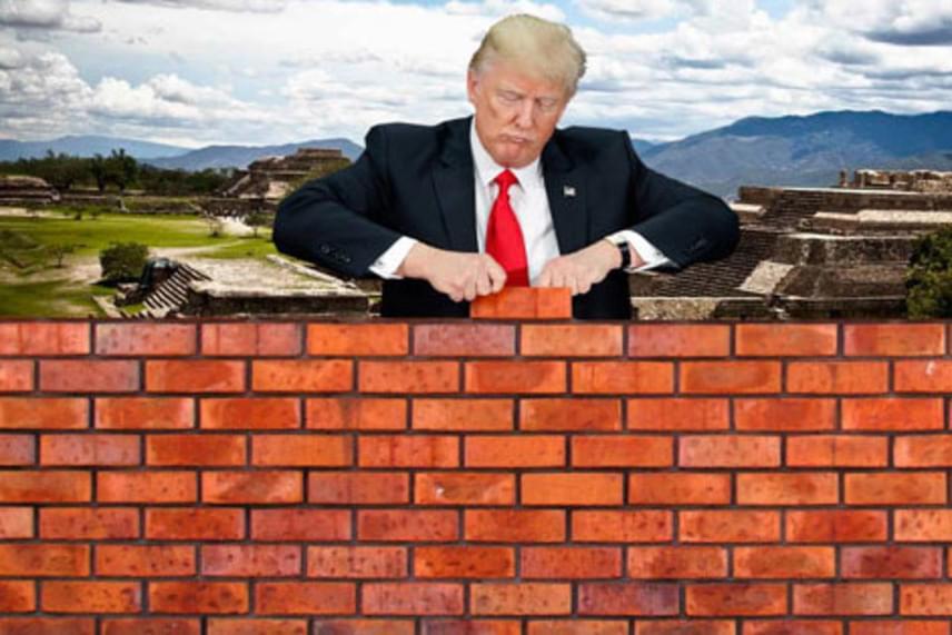 Donald Trump és imádott fala a mexikói határon. Képzeletben már lehet, hogy ezt építette, ezért nem tudott a toll és kupakja összedugására koncentrálni.