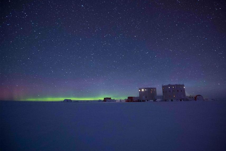 Bár egyik hely küldetése sem volt sétagalopp, az antarkrtiszi Concordia-állomás expedíciója még brutálisabb körülmények között zajlott. A helyet egy fennsíkra építették, a tengerszinttől több mint 3000 méter magasságban, ahol a téli hőmérséklet -80°C körül mozog. A kutatás középpontjába az extrém időjárás, a gleccserek és a mágneses mezők hatásai kerültek.