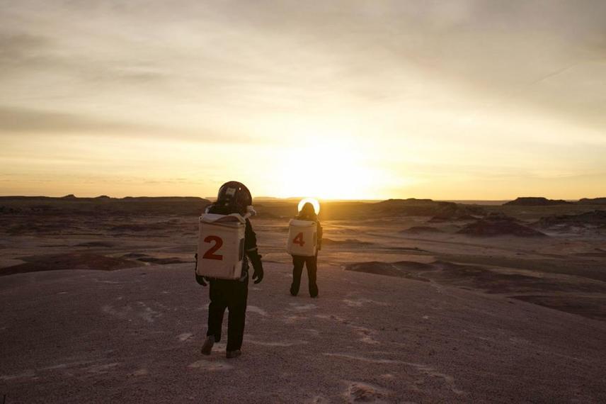 A Mars 160 expedícióra kiválasztott csapatok kiképzését Utah állam sivatagában kezdték meg, egy Marshoz leginkább hasonlító területen. Miután egy kis csapat 80 napot töltött egy űrhajóra emlékeztető dobozban, a legkorszerűbb szimulációt élhették át. Ezt követően újabb és újabb helyeken tapasztalhatták meg az extrém életkörülményeket.