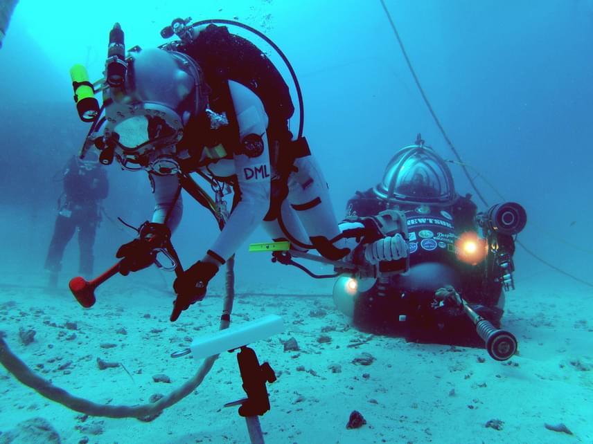Az asztronautáknak minden mozgást meg kell tanulniuk, amelyre szükségük lehet, ám ez földi körülmények között nem mindig könnyen kivitelezhető. 2012-ben például az óceán mélyére is le kellett merülniük ahhoz, hogy képessé váljanak az űrbéli manővereket a mozgási korlátok között megtenni.