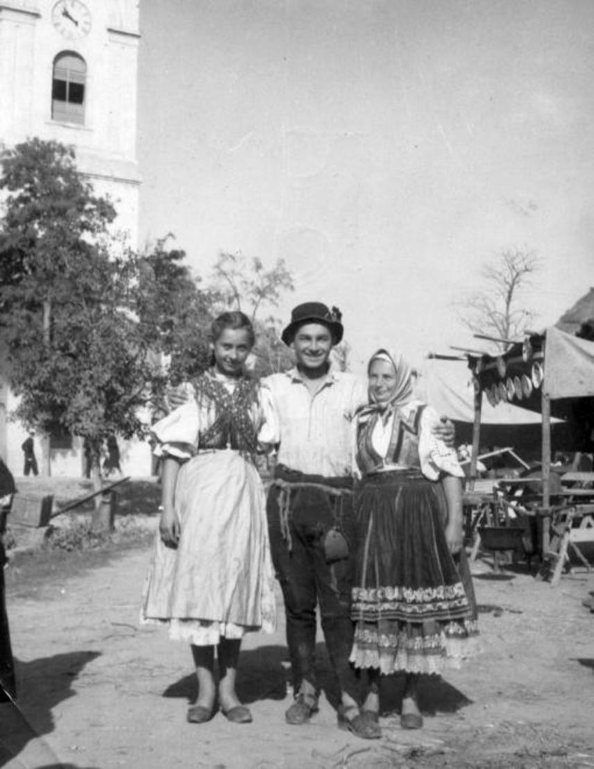 Soós Imre színművész helybeliekkel a Ludas Matyi című film forgatásakor 1949-ben, amely az első nagy sikert jelentette karrierjében.