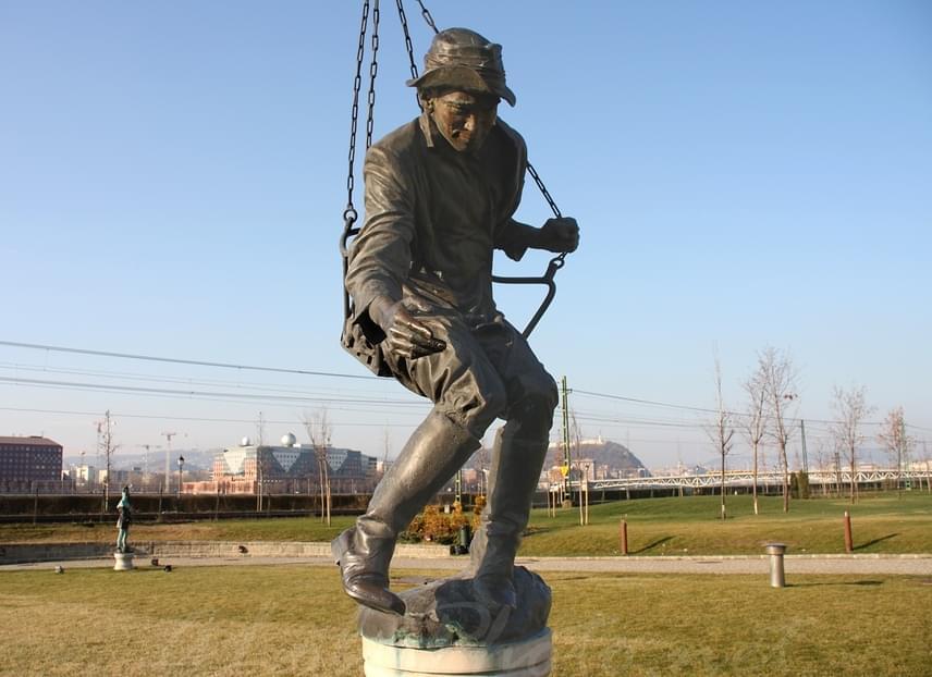 Soós Imre színész körhintás szobra a Nemzeti Színház parkjában, amelyet Párkányi Raab Péter készített az emlékére.