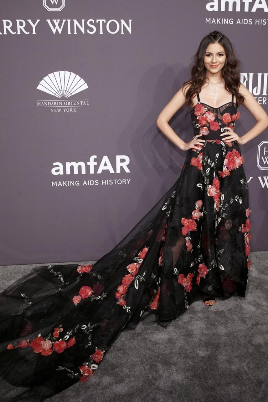 Victoria Justice nem tud hibázni: káprázatosan festett ebben a hosszú uszályos, virágokkal tarkított estélyi ruhában.