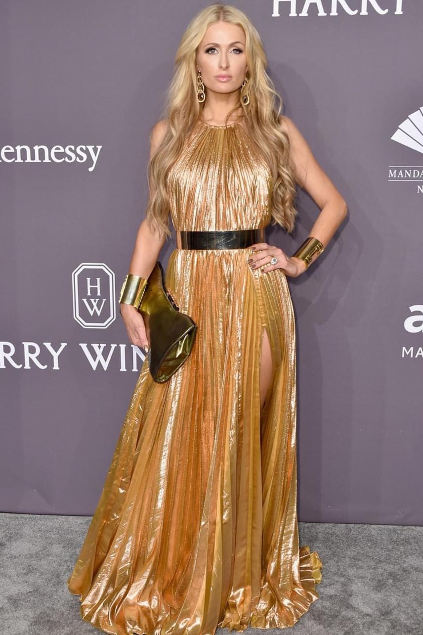 Paris Hilton már az Oscarra készül - ruhájában legalábbis úgy fest, mint a legnagyobb filmes kitüntetésként szolgáló aranyszobrocska.