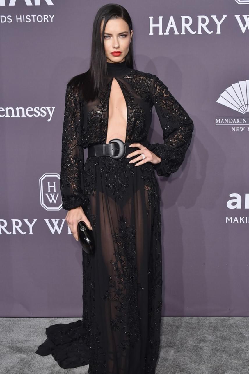 Adriana Lima ruhája rafinált és szexi: nem elég, hogy köldökig ki van vágva, így alapos bepillantást nyerhetünk a dekoltázsába, de még áttetsző anyagból is készült, hogy biztosan ne takarjon sokat a hírességből.
