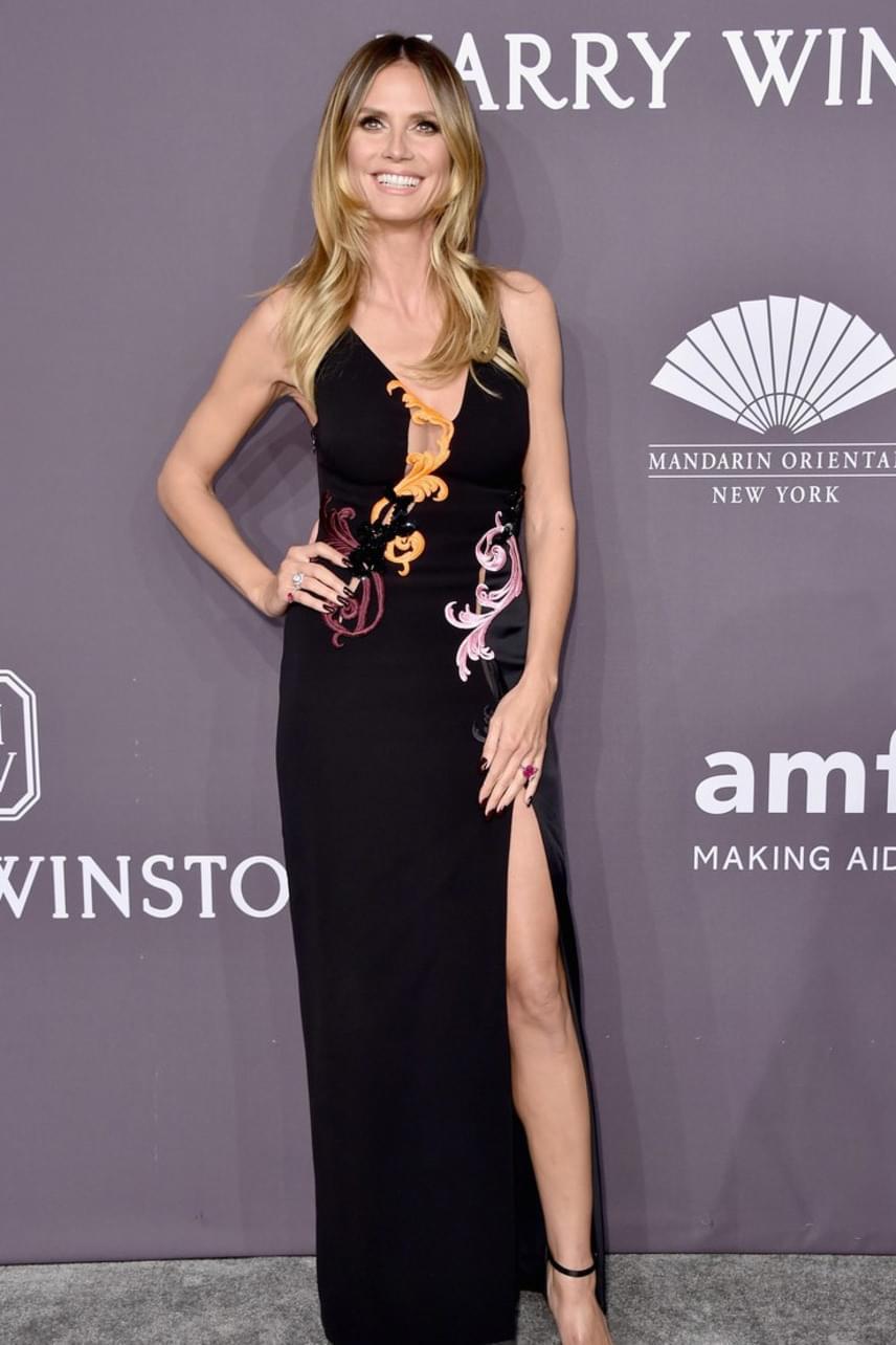 Az idén 44 éves Heidi Klum kivillantotta égig érő lábait is ebből a magasan felsliccelt, japán stílus ihlette ruhakölteményből.