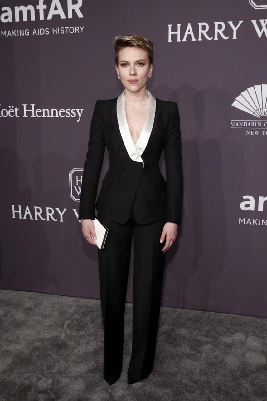 Scarlett Johansson egy fekete nadrágkosztümre szavazott, azonban a szexi hatás érdekében a felsőről és a melltartóról szándékosan elfeledkezett.