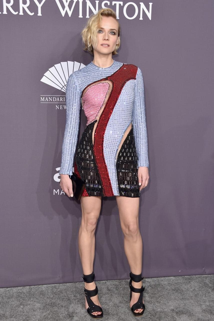 A patchwork stílusú ruha elsőre kicsit szokatlan összehatást kelt a különböző színek és anyagok miatt, azonban Diane Kruger jól tette, hogy bevállalta ezt a darabot - remekül áll karcsú alakján.