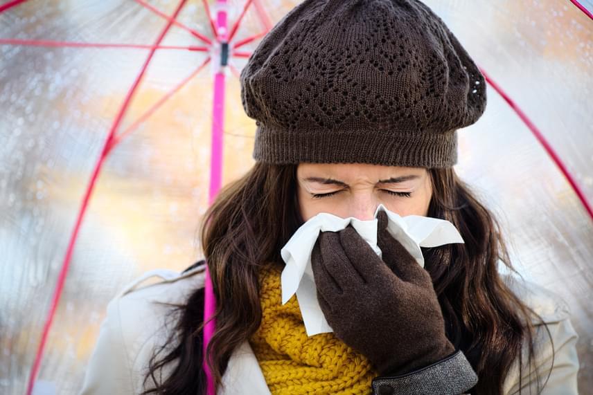 Sose tüsszents a levegőbe! Tüsszents inkább papír zsebkendőbe. Ha épp nincs kéznél, akkor is inkább a könyökhajlatodba, és ne a tenyeredbe köhögj, illetve tüsszents.