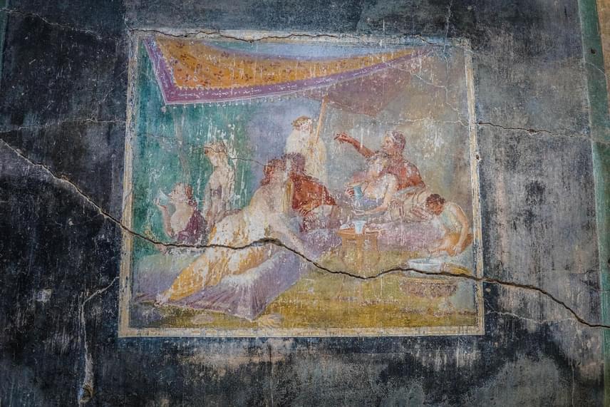 Félénken csókolózó pár látható a pompeji Szűzies szeretők házának istállójának freskóján.
