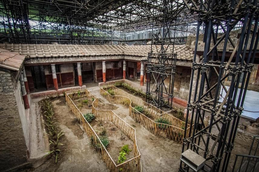 A kertet körülvevő oszlopsor - perisztülion - a pompeji Szűzies szeretők házában 2017. február 8-án. A régóta zárva lévő épületet Valentin napja alkalmából megnyitják február 11-14. között.