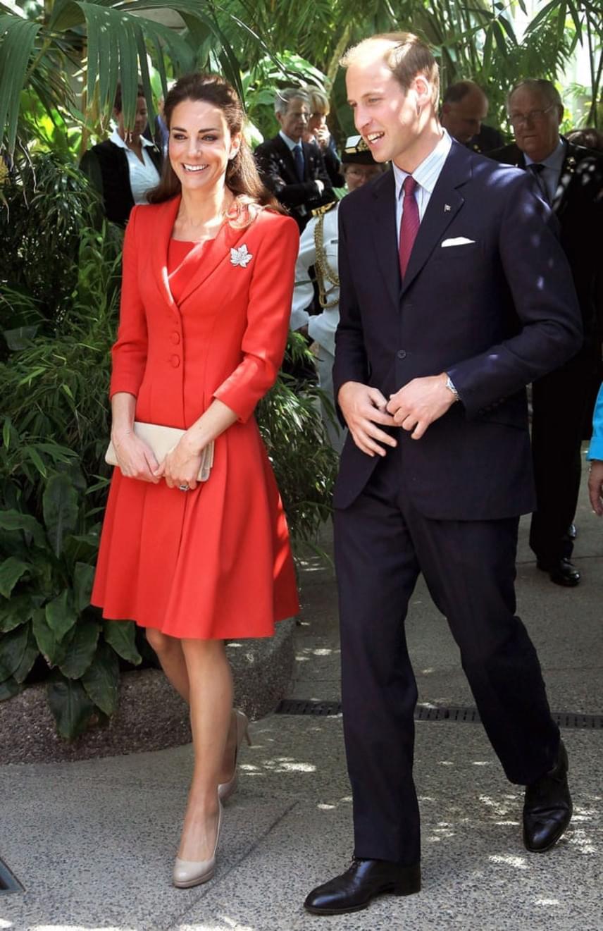 Szintén Kanadában, 2011-ben. Ezt a piros Catherine Walker kabátruhát is a jellegzetes juharlevél alakú brossal dobta fel.