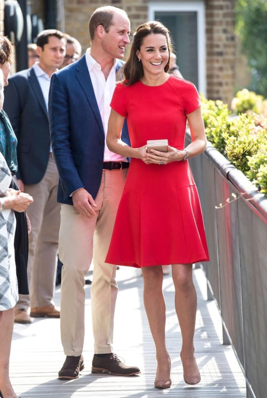 Újabb jótékonysági esemény, újabb piros ruha: tavaly augusztusban viselte ezt a csinos, L.K. Bennett márkájú darabot.