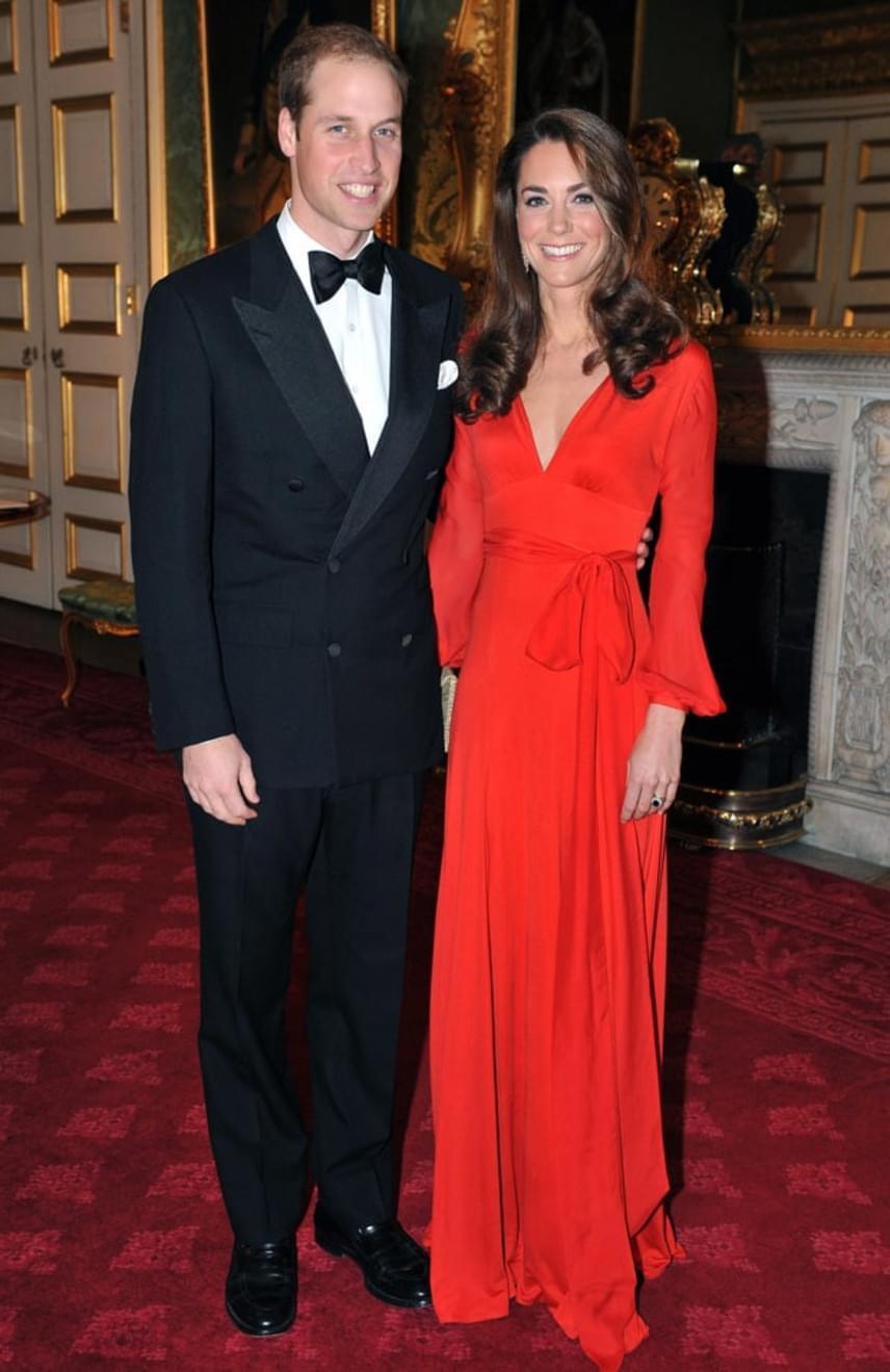 2011-ben egy jótékonysági gálán tündökölt Vilmos herceg mellett ebben a tűzpiros Beulah London estélyi ruhában.