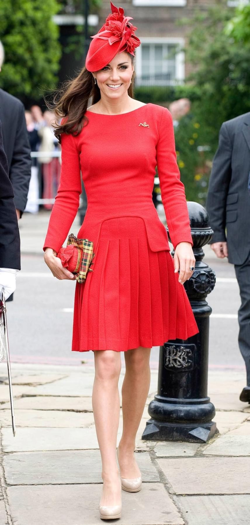 Csak és kizárólag neki készítette ezt a ruhát Alexander McQueen - természetesen hozzá illő fejdísszel, ahogy az egy hercegnőnek dukál.