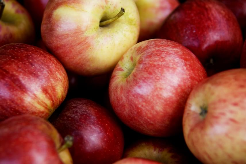 Nemcsak a citrusokkal érdemes azonban vigyázni, hanem más gyümölcsökkel is, ha azok nem szezonálisak, és messziről szállítják őket az országba. Az amerikai Environmental Working Group - Környezetvédelmi Munkacsoport - például rendszeresen frissíti azt a listát, mely a növényvédőszerekkel leginkább kezelt zöldségeket és gyümölcsöket tartalmazza, ezen pedig minden évben előkelő helyen szerepel az alma. Bár ez más kategória, mint a viasszal kezelt citrusok, nem árt az óvatosság. Ha messziről származó almát veszel, és nem is kedveled túlságosan a héjat, érdemes meghámozni, ha viszont mindenképp szeretnéd héjjal együtt fogyasztani, elengedhetetlen az alapos letisztítása.
