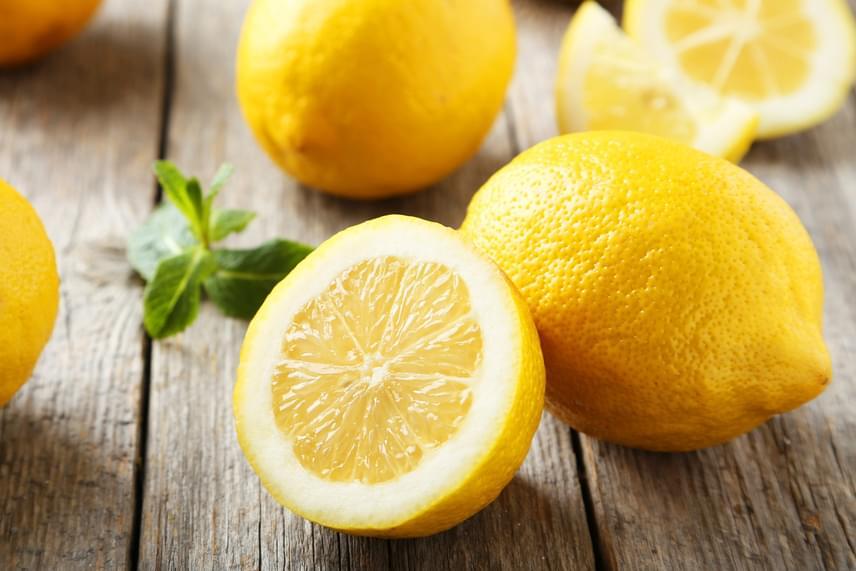 A különféle citrusok, például a citrom, a grépfrút, a pomelo és a lime héja gyakran fogyasztásra alkalmatlan, ezt azonban sokan nem tudják, és lereszelve felhasználják azt, holott a Nébih is figyelmeztet rá, hogy a termékek rekeszén, dobozán vagy az áruházban a hozzájuk tartozó molinón kötelező feltüntetni, ha emberi fogyasztásra alkalmatlan. Mindez annak köszönhető, hogy a gyümölcsöket növényvédő- és gombaölő szerekkel is kezelhetik - például ortofenilfenol, imazalil tiabendazol -, hogy kibírják a hosszas szállítást, ahhoz pedig, hogy ne romoljanak meg, és ne száradjanak ki, viaszbevonatot is kapnak.