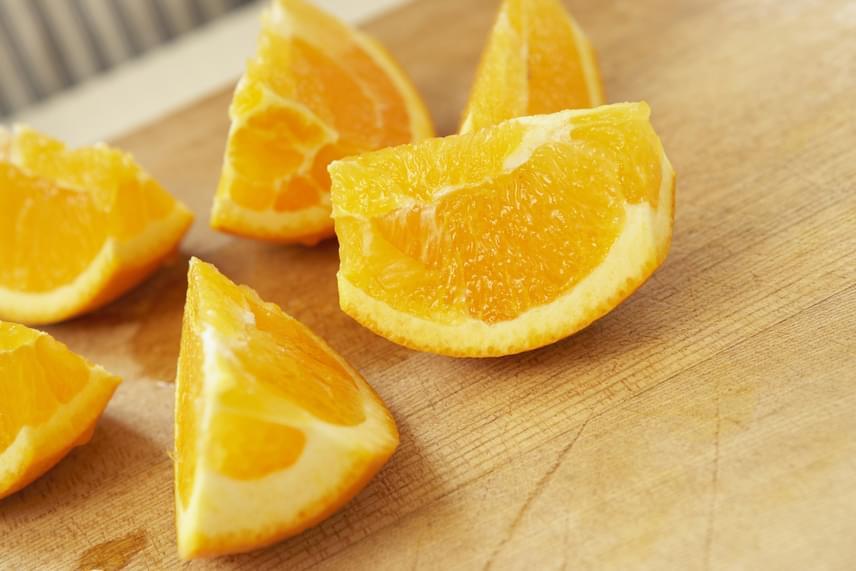 A viasznak köszönhetően a növényvédőszerek maradványai lemoshatatlanná válnak, így ilyen gyümölcshéjat nem szabad elfogyasztani. Ha mindenképp szeretnéd felhasználni a héjat, vegyél bio minősítésű gyümölcsöt, vagy előre lereszelt héjat. Ugyanez igaz arra az esetre is, ha narancs vagy mandarin héját szeretnéd kandírozni, ezekre is igaz ugyanis mindaz, ami a fanyarabb citrusokra.
