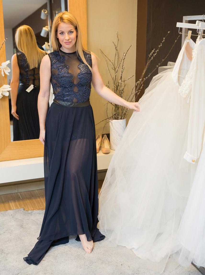 Mádai Vivien műsorvezető a legújabb divattrendeknek megfelelő kreációk közül választott magának estélyi ruhát a Story-gálára.