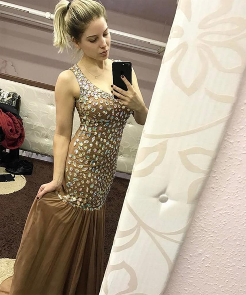 Szabó Zsófi a menyasszonyi ruháját a Silver Rose tervezőjétől, Rabócsi Renátától választotta, nem lepődtünk meg, hogy a Story-gála előtt a ruhapróbát nála tartotta.