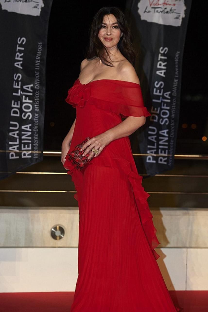 A színésznő elképesztően dögös volt tűzpiros ruhájában - nem csoda, ha még ennyi idősen is odavannak érte a férfiak.