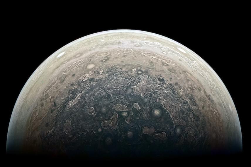 A Juno űrszonda körülbelül százezer kilométer távolságból készítette el a képeket az óriásbolygó sarkköréről. Az űrszonda 2016. július 4-én érkezett, a bárki számára elérhető kameraképek pedig nagy rajongást váltottak ki a csillagászat iránt érdeklődők körében.