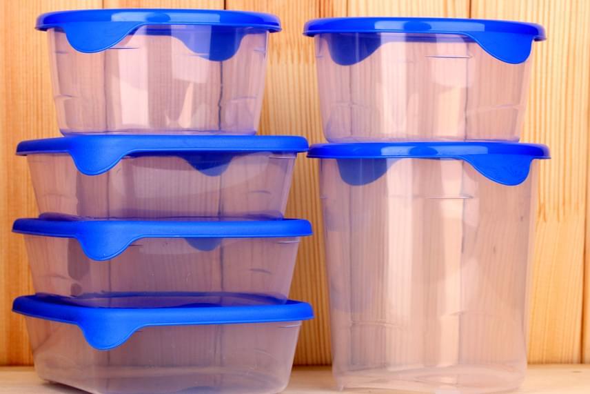 Ha maradt olyan élelmiszer, ami nem fertőződött meg, tedd át jól záródó műanyag dobozba. A legjobb, ha mindig így tárolod, ebbe ugyanis nem tud bejutni a moly, mint ahogy onnan kijutni sem, hogy tovább szaporodjon a lakásban.