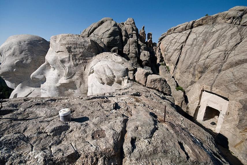 Az első tervek szerint vadnyugati hősöket szerettek volna, ám a szoborcsoportot megvalósítóJohn Gutzon Borglum az amerikai nagy történelmi alakokat akarta inkább megformázni, egy nyolcszáz fokos lépcsővel és egy gigantikus bronzbagollyal. Valószínűleg ebben a tervben szerepelt a hátsó titkos kamra is, az Emlékek terme, amelyben a legfontosabb történelmi emlékeket gyűjtötték volna egybe.