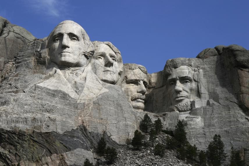 Így fest távolról a Rushmore-hegy. A hegyoldalon ábrázolt elnökök balról jobbra haladva a következők: George Washington, Thomas Jefferson, Abraham Lincoln és Theodore Roosevelt. A titokzatos, precízen kiépített nyílást Lincoln feje fölött találták meg.