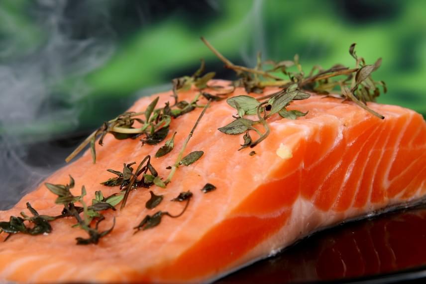 Az olajoshal-konzervek, valamint a tonhalkonzerv kiváló forrásai a D-vitaminnak, de más, zsírosabb húsú halakat is érdemes fogyasztani, például lazacot. Mindemellett a halolaj, például a tőkehalmájolaj is remek alternatíva.