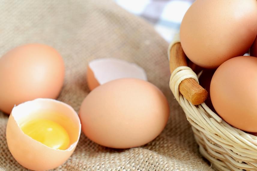 A tojás is fontos D-vitamin-forrás, különösképp a sárgája. Ha nem eszel tejtermékeket, húst és tojást sem, vagyis vegán táplálkozást követsz, elengedhetetlen, hogy jobban figyelj a D-vitamin pótlására.