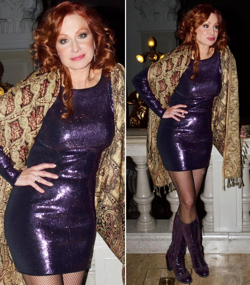 Détár EnikőA színésznő egy csillogó, lila miniruhában mutatta meg, milyen dögös - színben hozzá illő csizmát választott.