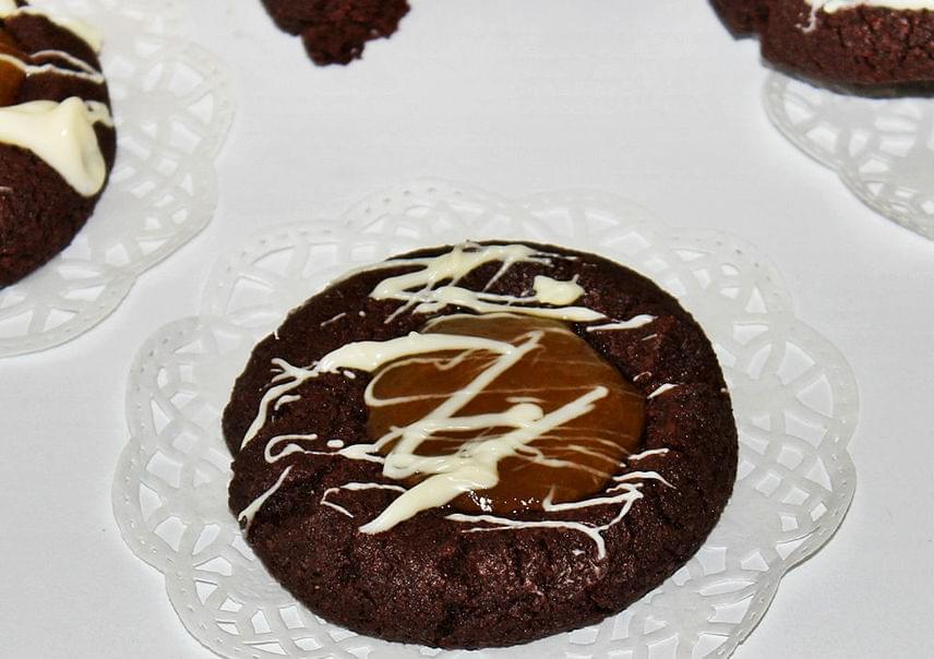 Csokis keksz lekvárral                         Ha a sima csokis kekszet szereted, a savanykás lekvárral töltött változatért még jobban odaleszel. Az omlós tésztát akár előre is elkészítheted, de a lekvárt csak egy-két órával tálalás előtt tedd bele. A tetejére még fehér csokit is csorgathatsz. Ez a recept biztosan elnyeri a tetszésedet.