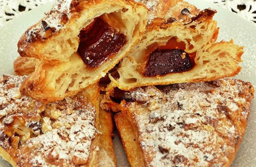 Lekváros hájas süti                         Ezt az édességet a háziasszonyok elsősorban a disznóölések után készítették el. A családi receptek máig generációról generációra szállnak. A disznóhájjal készült, kívül ropogós, ám légies tésztába legjobban a lekvár illik. Kicsit időigényes sütemény, ám az élvezet mindenért kárpótol. Nézd meg a nagyi kedvenc receptjét.