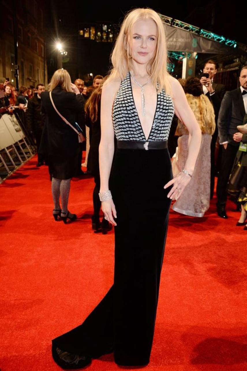 Nicole Kidman csak úgy tündökölt ebben a mélyen dekoltált Armani Prive estélyi ruhában, ami kiemelte szoborszerű alakját.