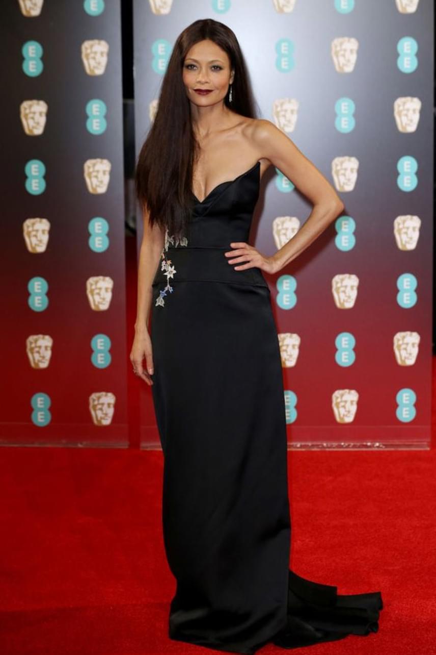 A Westworld sztárja, Thandie Newton odavan a hímzett darabokért: a BAFTA-gálára is egy ilyen estélyi ruhában érkezett.
