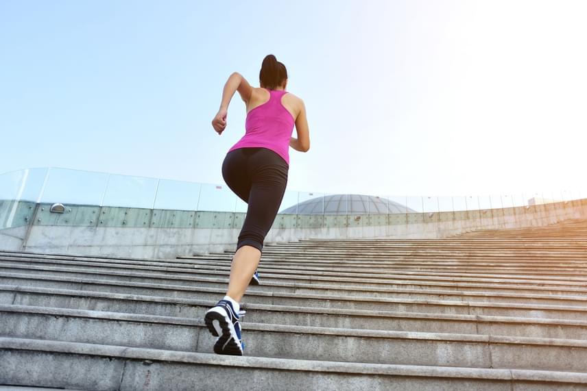 Ha nem szeretnél sok időt futással tölteni, akkor az edzést lerövidítheted, ha növeled az intenzitás, ehhez pedig tökéletes a lépcsőzés. Ha lépcsőn futsz felfelé, azzal 20 perc alatt 366 kalóriát égetsz, míg ha ugrálással és más gyakorlatokkal kombinálod a mozgást, akár ennél is feljebb tornázhatod az elégetett kalóriamennyiséget.