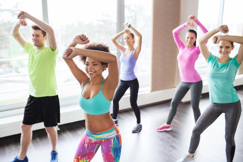 Ha szívesen járnál edzőterembe, akkor érdemes kezdésként egy könnyebb, rövidebb táncos órára beiratkozni, mely nagyon sok izomcsoportot megmozgat, formálja az alakod, és minden tíz percben 70-100 kalóriát éget el. Amennyiben nem szívesen mozogsz csoportban, online is találhatsz táncos - például zumba - edzéseket, melyekkel vidám formában indíthatod be a zsírégetést.