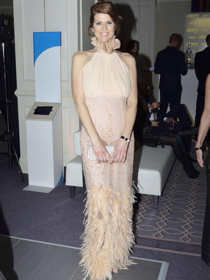 Jaksity Kata a kifinomult elegancia remek példája: az ATV műsorvezetőjéhez remekül illett Joó Beatrix, a Sentiments Couture tervezőjének pasztellszínű, tollakkal és gyöngyökkel díszített alkalmi ruhája.