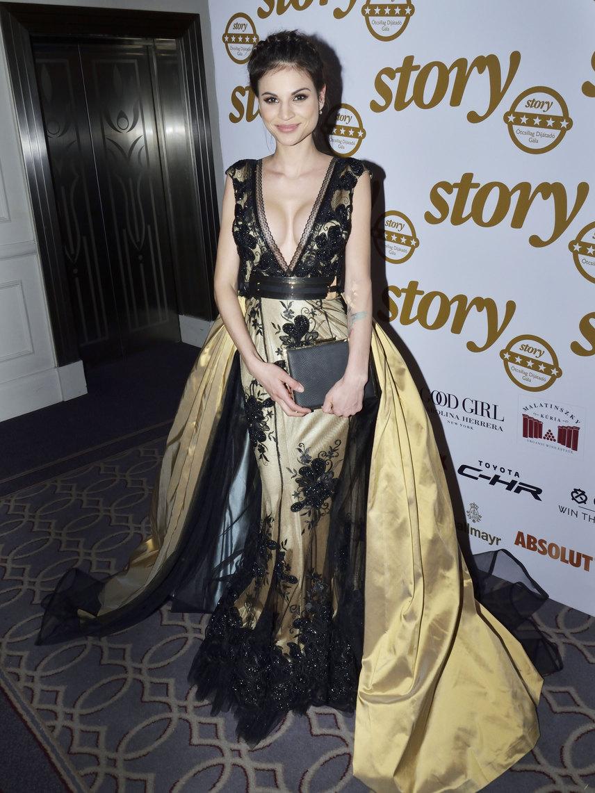 Nádai Anikó egyszerre volt mesés és dögös ebben a mélyen dekoltált Robert Maar kreációban. Az aranyszínű, fekete csipkével díszített uszályos darabban úgy érezhette magát, mint egy gyönyörű hercegnő.