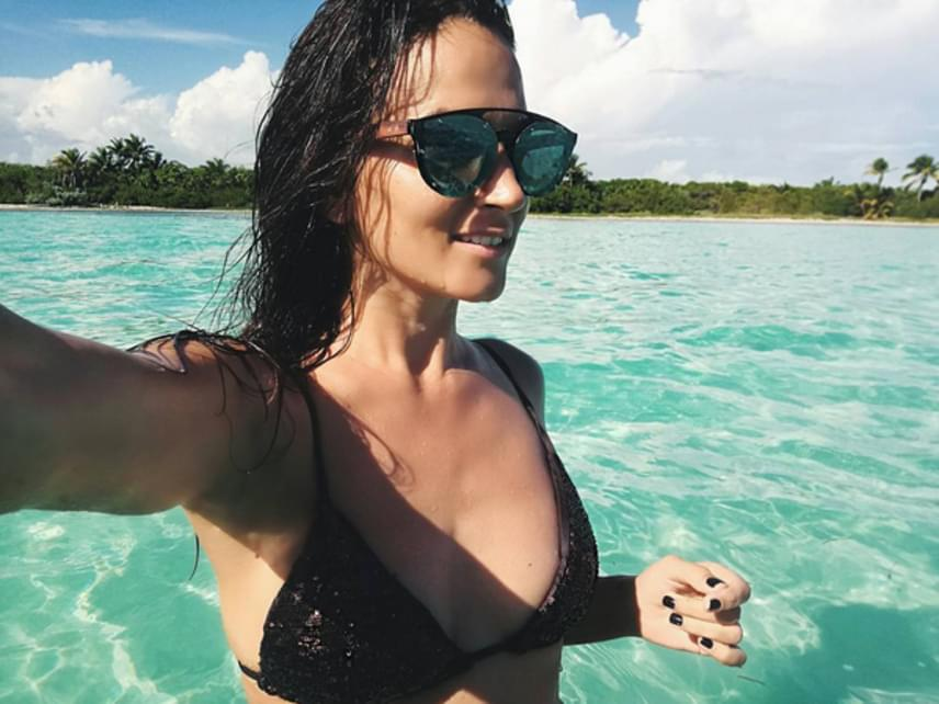 """""""De szuper kép"""", kommentelte egyik rajongója Zitának, aki tényleg remekül néz ki fekete bikinijében. Nem csoda, hogy Gianni szeme is megakadt rajta."""